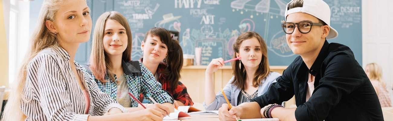 Работа после 9 класса для девушек: список профессий, подходящих для юных дам